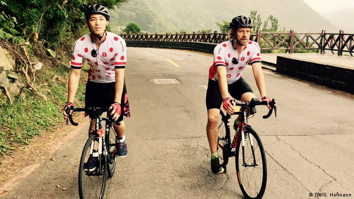 Taiwan Fridtjof and Shawn bike riding (DW/G. Hofmann)
