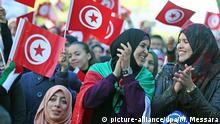 ARCHIV - Frauen schwenken am 14.01.2016 in Tunis, Tunesien, tunesische Fähnchen und freuen sich über den 5. Jahrestag des Aufstandes in Tunesien. Als einziges Land des ArabischenFrühlings hat Tunesien anschließend den Übergang zur Demokratie gemeistert. (zu dpa Studie: Frauenrechte entscheidend für Demokratisierung vom 12.04.2017) Foto: Mohamed Messara/EPA/dpa +++(c) dpa - Bildfunk+++  