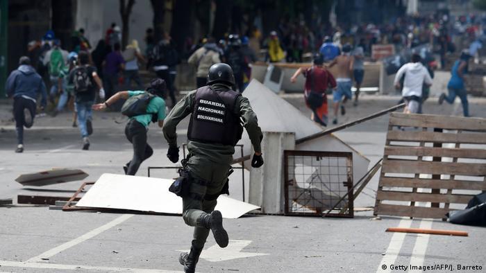 Venezuela | Straßenschlachten während des Generalstreiks (Getty Images/AFP/J. Barreto)