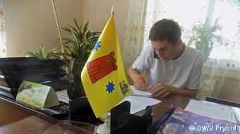 Молодий голова ретельно вивчає документи, перш ніж їх підписати