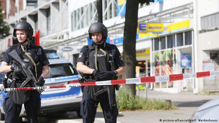 Police in Hamburg patrol outside of an Edeka supermarket where a stabbing took place (picture-alliance/dpa/P. Weidenbaum)