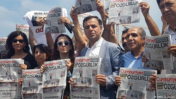 Türkei Unterstützer der Zeitung Cumhuriyet (DW/A. E. Duran)