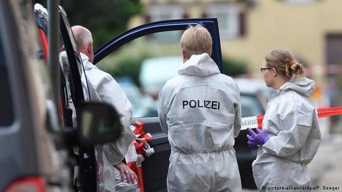 Deutschland Teningen - Kriminalbeamte der Spurensicherung: 52 Jähriger Soll Frau und Kind getötet haben (picture-alliance/dpa/P. Seeger)
