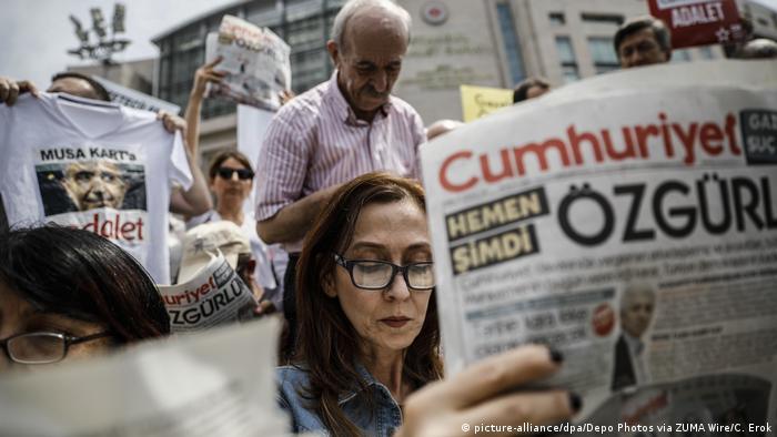 Demonstranten protestieren gegen den Prozess gegen Mitarbeiter der Cumhuriyet