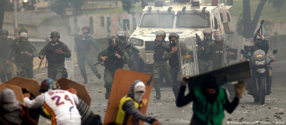 Protestos contra política de Nicolás Maduro já duram quatro meses