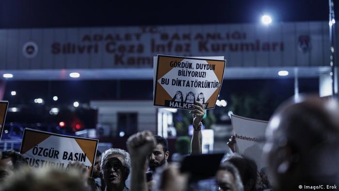 Türkei Istanbul Freilassung von Journalisten der Cumhuriyet (Imago/C. Erok)
