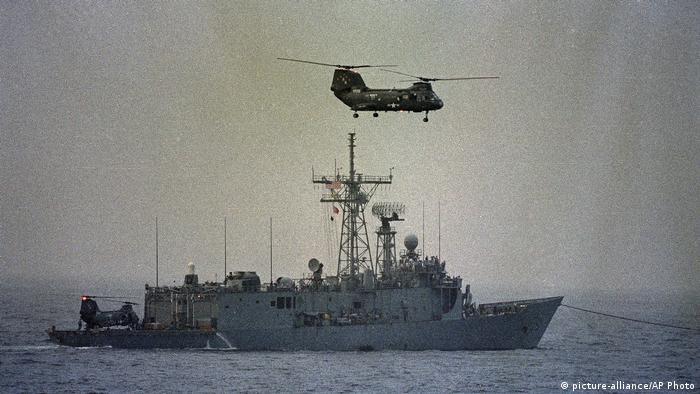در آوریل سال ۱۹۸۸ در پاسخ به حمله موشکی ایران به یک سکوی نفت کویتی و به تلافی برخورد یک مین دریایی رهاشده از کشتی مینگذار ایران اجر به ناوچه آمریکایی ساموئل بی. رابرتز (عکس) ایالات متحده عملیات آخوندک را اجرا کرد.