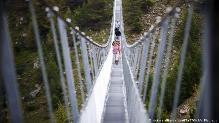 Schweiz Randa - Hängebrücke eröffnet (picture-alliance/dpa/KEYSTONE/V. Flauraud)