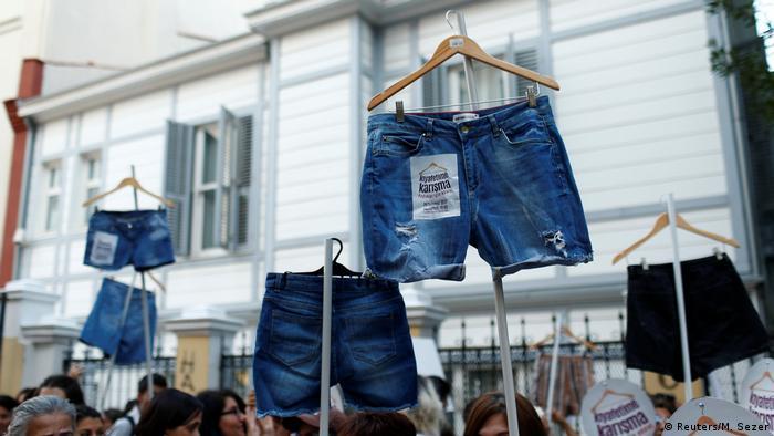 Türkei | Don't Mess With My Outfit-Proteste von Frauen in Istanbul nachdem eine Studentin wegen des Tragens kurzer Hosen geschlagen wurde (Reuters/M. Sezer)