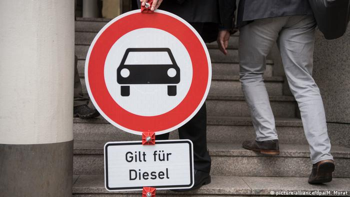 A diesel warning sign (picture-alliance/dpa/M. Murat)