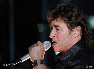 Rockmusiker Peter Maffay im Profil mit Mikro (Foto: AP)