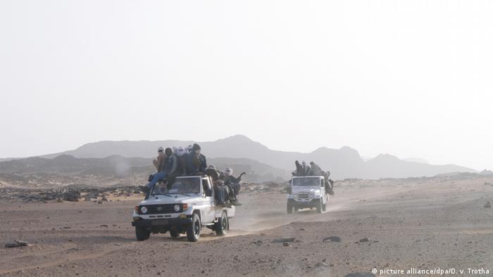 Tschad Migranten auf Trucks (picture alliance/dpa/D. v. Trotha)