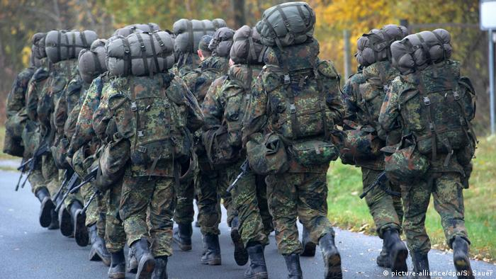 An archive image of Bundeswehr soldiers on the march (picture-alliance/dpa/S. Sauer)