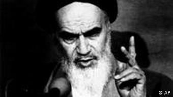 آیتالله روحالله خمینی، بنیانگذار جمهوری اسلامی ایران و نظریهپرداز ولایت فقیه