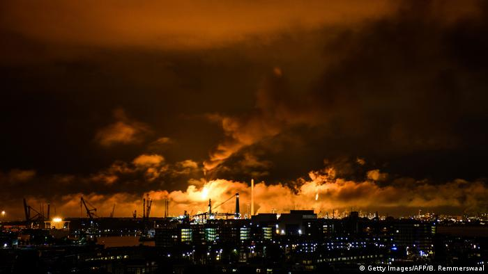 Niederlande Brand in Shell Ölraffinerie (Getty Images/AFP/B. Remmerswaal)