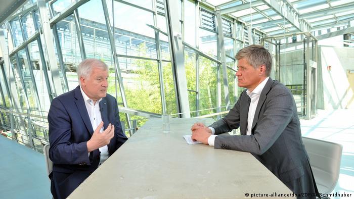Хорст Зеехофер (слева) в разговоре с журналистом ARD