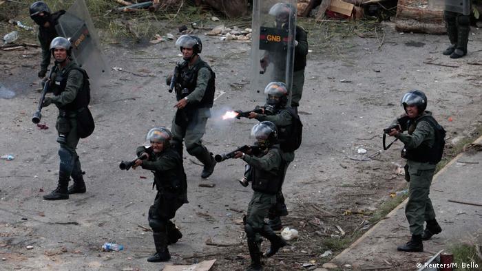 Полиция Венесуэлы стреляет в демонстрантов