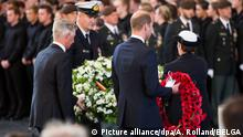 King Philippe - Filip of Belgium and Britain's Prince William, Duke of Cambridge lay down a wreath at the Last Post ceremony at the Commonwealth War Graves Commission Ypres Memorial at the Menenpoort in Ieper (Menin Gate, Ypres) part of the commemoration for the centary of Passchendaele, the third battle of Ypres on 30th and 31st July 2017, Sunday 30 July 2017. BELGA PHOTO POOL ALAIN ROLLAND Foto: Pool Alain Rolland/BELGA/dpa |
