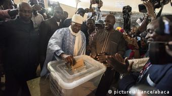 Senegal's ex-President Wade voting (picture-alliance/abaca)
