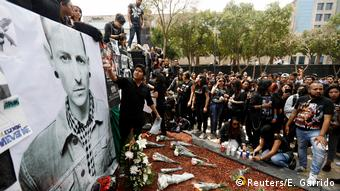 Fans gather at Revolucion monument to pay tribute to Chester Bennington, Linkin Park frontman, following the singer's death by suicide, in Mexico City (Reuters/E. Garrido)