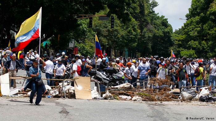 Участники акции протеста в Венесуэле строят баррикады