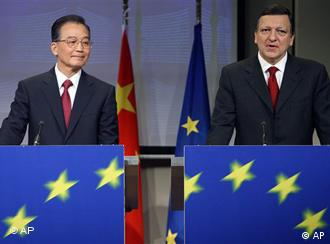 EU Commission President Jose Manuel Barroso, right, and China's Prime Minister Wen Jiabao talk during a media conference at the EU Commission headquarters in Brussels, Friday Jan. 30, 2009