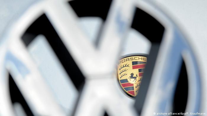 Emblem - VW Volkswagen und Porsche (image-alliance / dpa / F. Kraufmann)