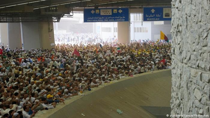 Mekka-Wallfahrt - muslimische Pilgerreise - Steinigung des Teufels (picture-alliance/Photoshot)