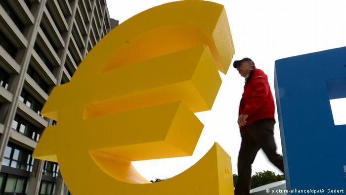 Скульптура в виде евро установлена перед штаб-квартирой Бундесбанка во Франкфурте-на-Майне