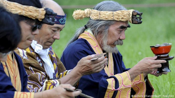 Traditionelle Zeremonie der Ainu in Japan