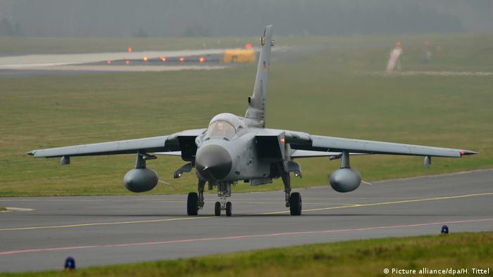A German Tornado jet on the tarmac (Picture alliance/dpa/H. Tittel)