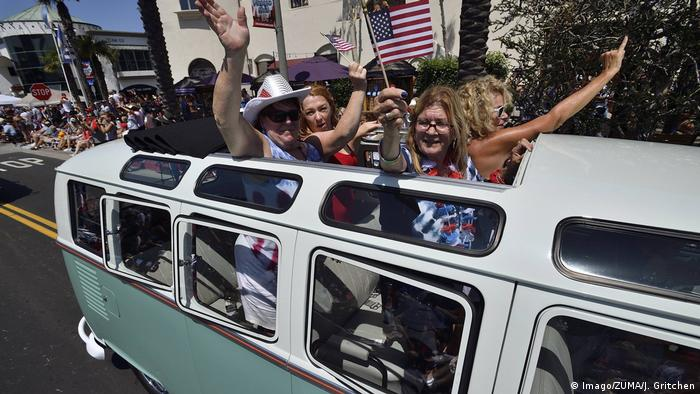 VW Bus - Parade in California (Imago/ZUMA/J. Gritchen)