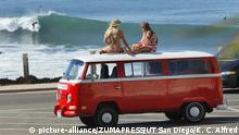 VW Bus - Katja Lindfors links und Lauren Silver auf VW Bus am Strand