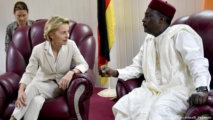 Afrika Niger - Von der Leyen mit Kalla Moutari