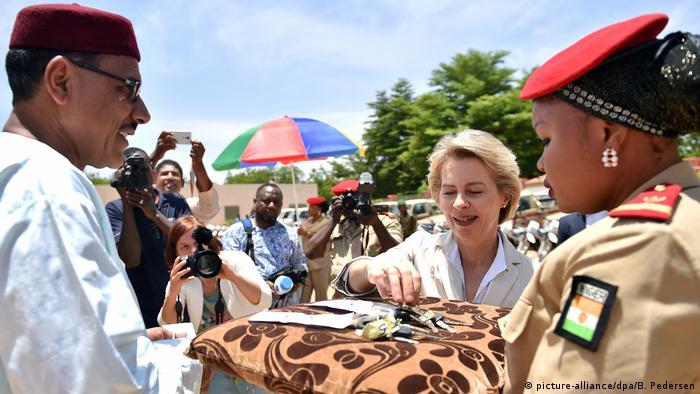 Afrika Niger - Ursula von der Leyen im Niger (picture-alliance/dpa/B. Pedersen)