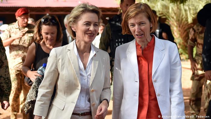 Ministra alemã da Defesa, Ursula von der Leyen (dir.), com homóloga francesa Flaurence Parly de visita a Niamey