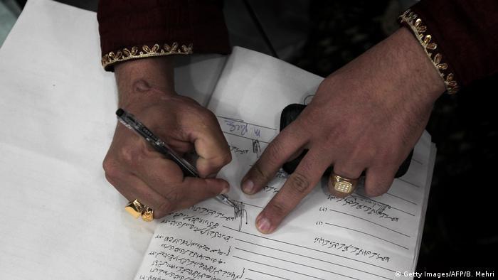 Pakistan Islamabad - Muslimische Trauung: Bräutigam unterschreibt Ehevertrag