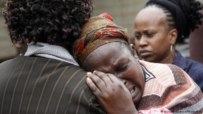 A woman in Nairobi cries over Msando's murder (picture-alliance/Photoshot)