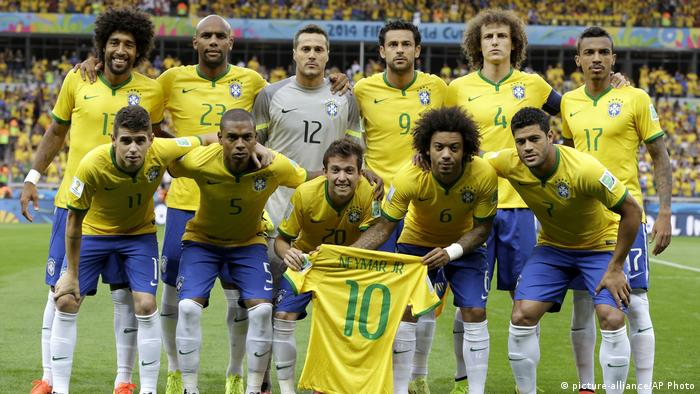 Brasilien | WM 2014 | Brasiliens Nationalmannschaft mit Neymar-Trikot (picture-alliance/AP Photo)