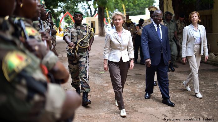 Mali Verteidigungsministerin von der Leyen in Bamako | mit Tiéna Coulibaly, Verteidigungsminister (picture-alliance/dpa/B. Pedersen)