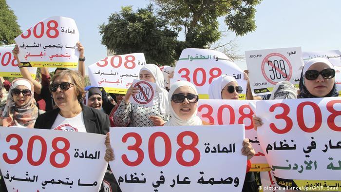 Jordanien Frauen-Aktivisten protestieren vor dem Parlament