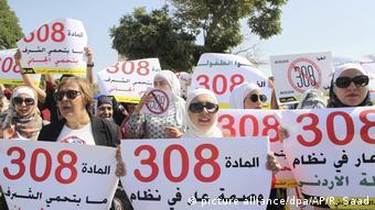 Jordanien Frauen-Aktivisten protestieren vor dem Parlament (picture alliance/dpa/AP/R. Saad)
