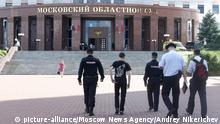 01.08.2017 *** Polizisten gehen am 01.08.2017 zum Eingang eines Gerichts in Moskau (Russland). In dem Moskauer Gericht haben sich fünf Angeklagte eines Mordprozesses nach Behördenangaben eine Schießerei mit dem Wachpersonal geliefert. Dabei wurden drei Angreifer getötet und zwei schwer verletzt, wie das Staatliche Ermittlungskomitee mitteilte. (zu dpa Schießerei mit Toten in Moskauer Gericht - Angeklagte griffen an vom 01.08.2017) Foto: Andrey Nikerichev/Moscow News Agency/AP/dpa +++(c) dpa - Bildfunk+++ |