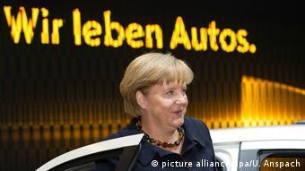 Angela Merkel la Salonul Auto de la Frankfurt, în faţa paviolonului Opel