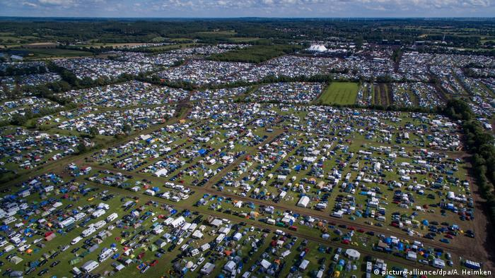 picture taken from above of tenst in fields (Foto: picture-alliance/dpa/A. Heimken).