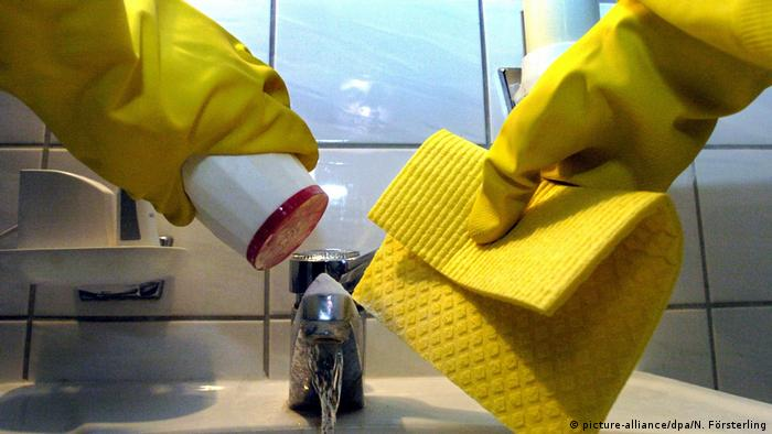 Two gloved hands cleaning a sink (picture-alliance/dpa/N. Försterling)