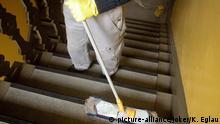Putzhilfe beim Reinigen des Treppenhauses. Feuchtes Wischen der Stufen. Berlin, Berlin, Deutschland, 03.02.2005 | Verwendung weltweit.