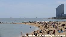 Spanien Touristen am Strand von Barcelona