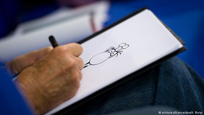 Guillermo Mordillo starts drawing at the Frankfurt book fair in 2012 (picture-alliance/dpa/A. Burgi)