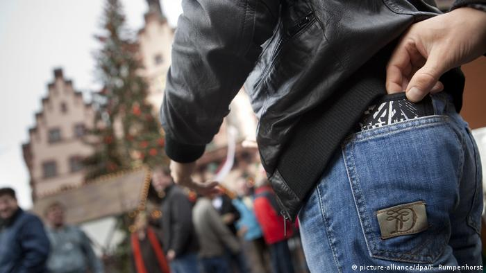 Symbolbild Taschendiebstahl (picture-alliance/dpa/F. Rumpenhorst)